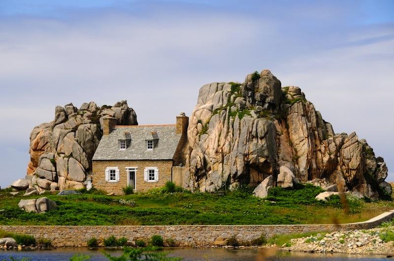 Insolite la maison entre les rochers de plougrescant - Maison entre les rochers ...