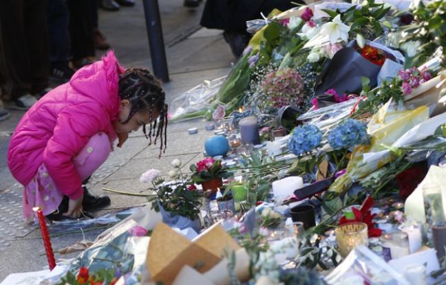 Proches et anonymes rendent hommage aux personnes décédées rue Bichat. © W. ABENHAIM